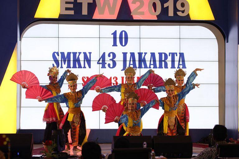 Hari ini panggung Erlangga Talent Week penuh dengan seniman tari Indonesia